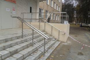 Центральная районная больница в г. Щекино.  Изготовление и монтаж перилл для входной группы из нержавеющей стали. Марка стали AISI 304.