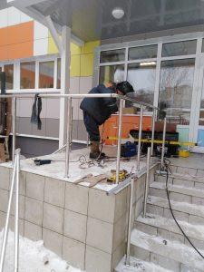 Установка металлических перил входной группы детского сада в Киреевске.