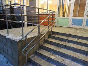 Установленные металлические перила входной группы детского сада в Киреевске.