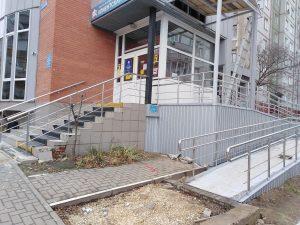 Ограждения пандуса для инвалидов и входной группы (Тула, ул. Братьев Жабровых, дом 9а)
