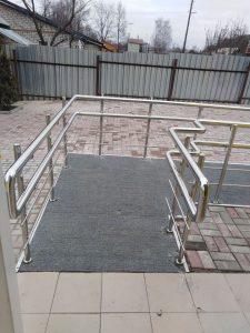 Ограждения пандуса для людей с ограниченными возможностями (г. Суворов, ул. Строителей, 15)